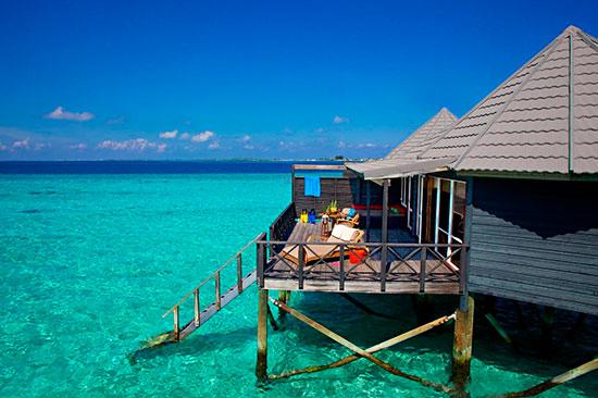 Water villas ståendes i vattnet på Maldiverna