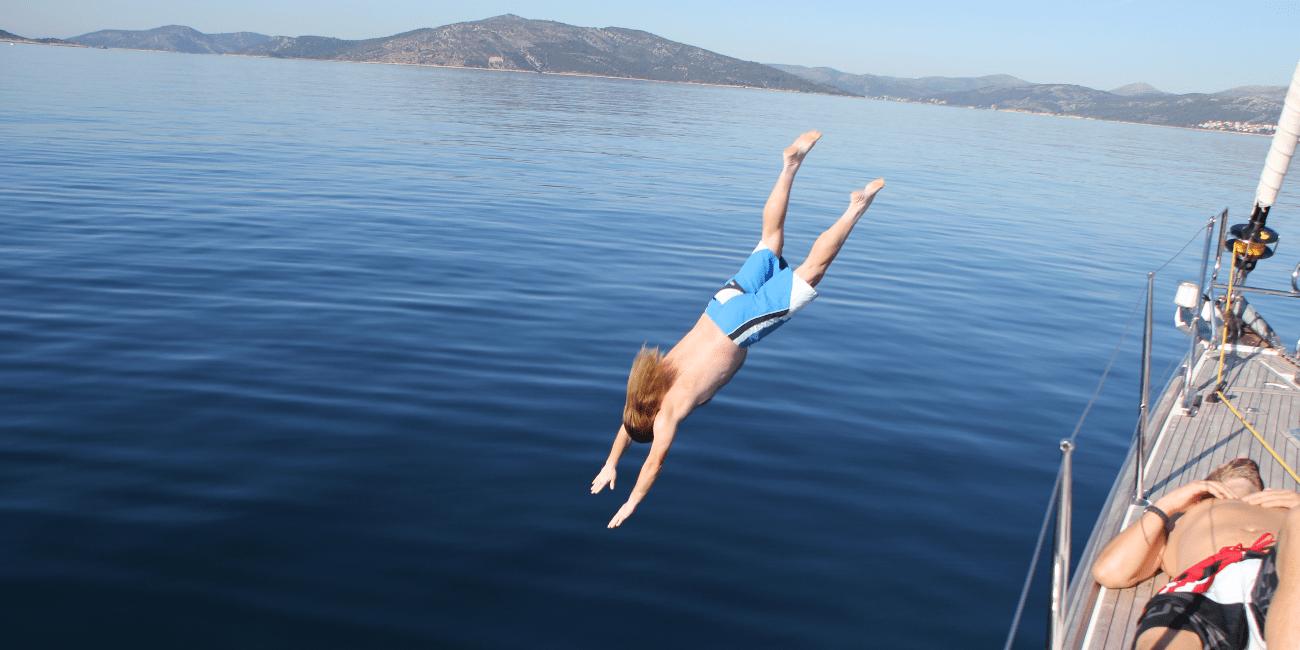 Dyk från klipporna i underbara Kroatien