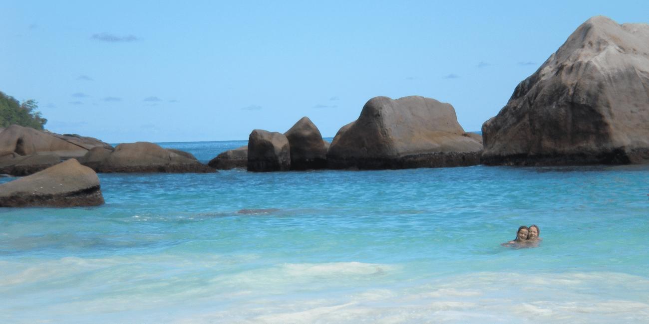 Klippor, vatten och korallrev är perfekt för dykning