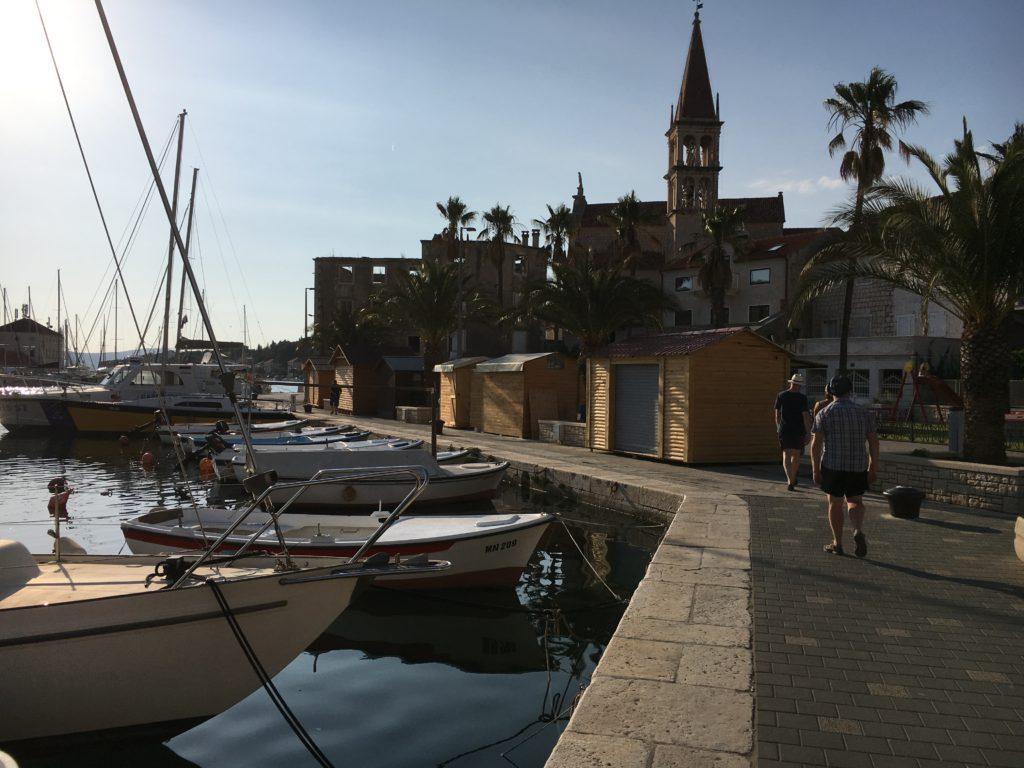 Några båtar till längst hamnen