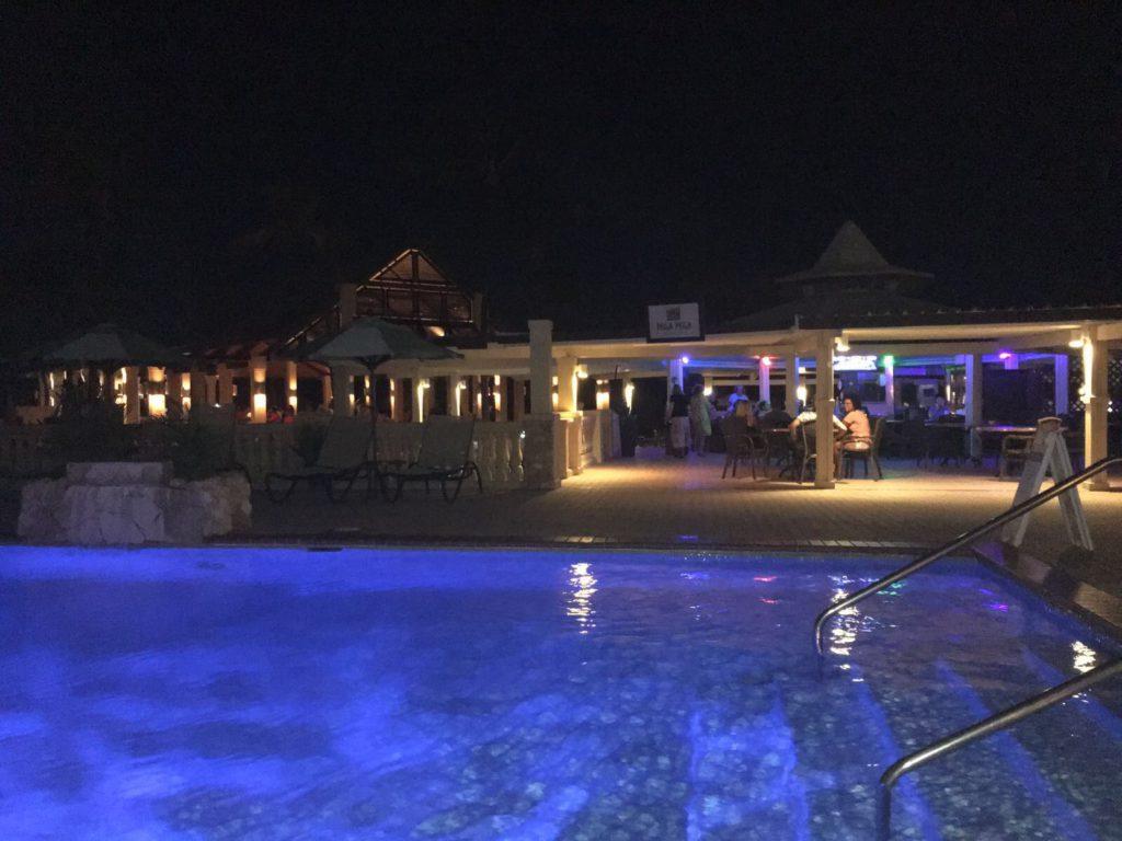 En pool en sen natt på Aruba