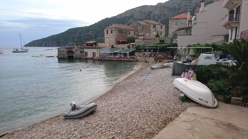 Det finns mindre båtar längs strandkanten