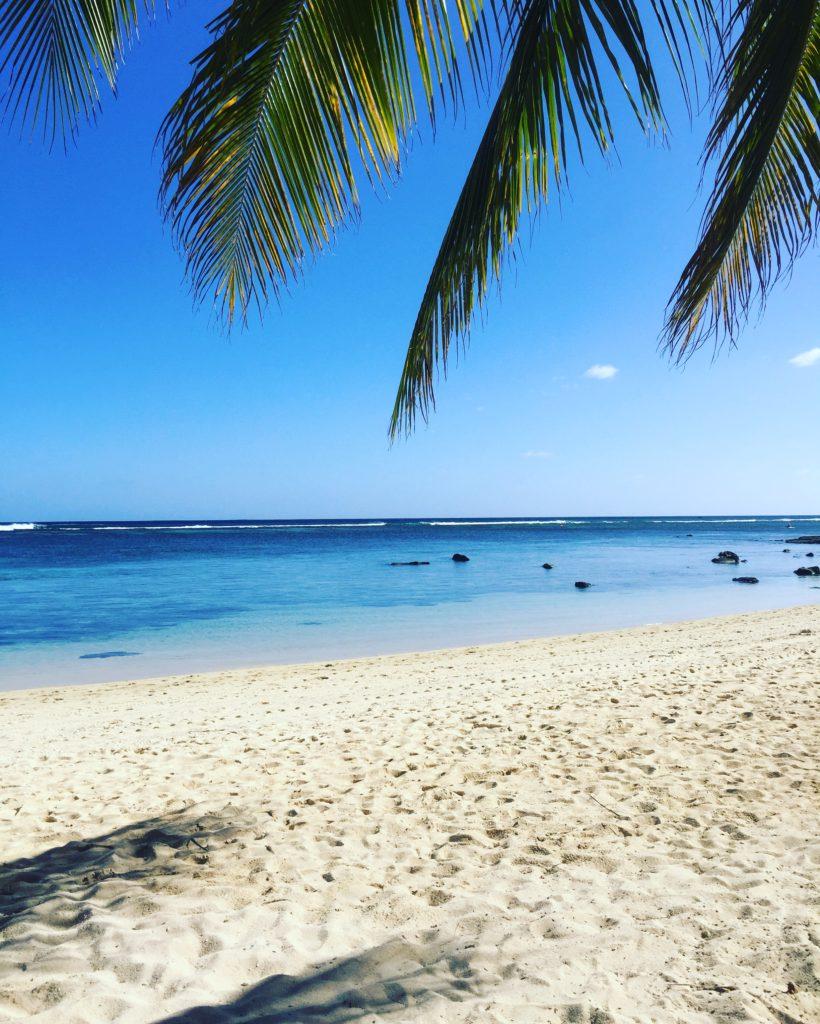 Kritvit sand och havsblått vatten