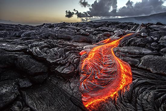 Vulkan med rinnande lava på Hawaii
