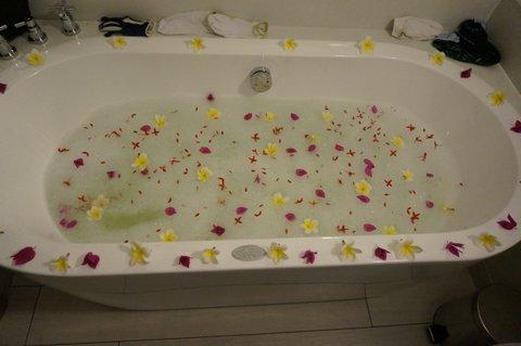 Bada med blommor i badkar