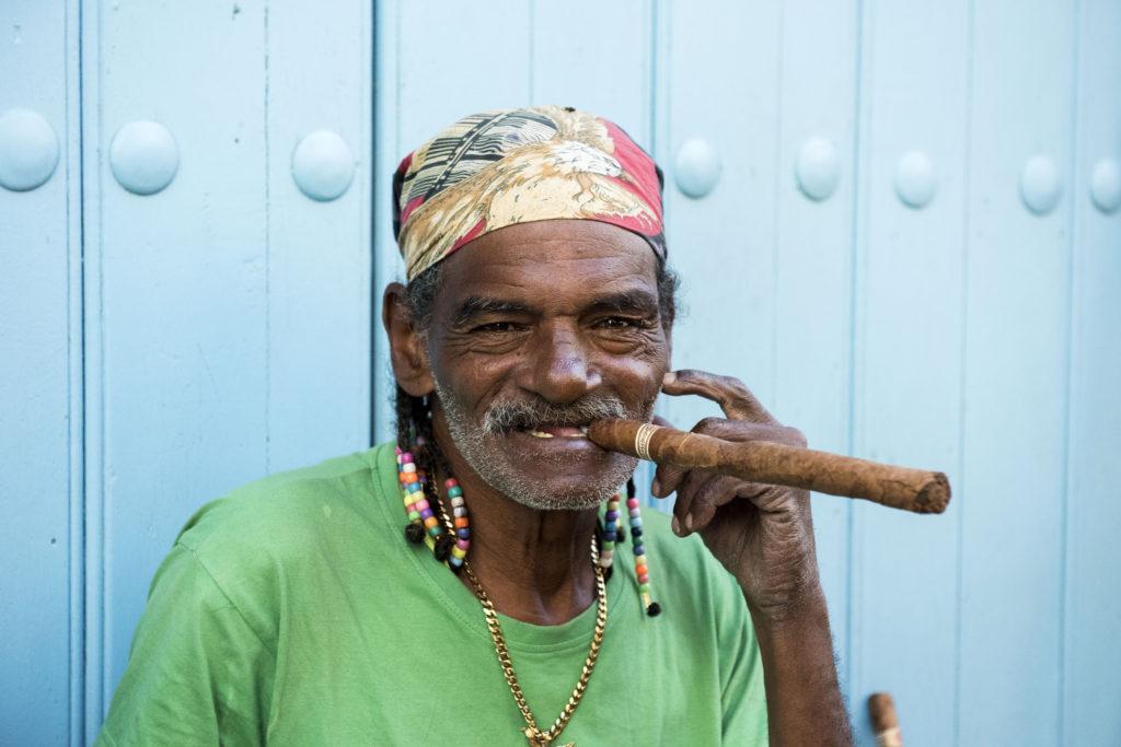 En man med en häftig cigarr