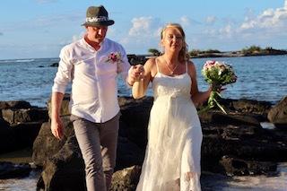 Här promenerar det nygifta paret på stranden