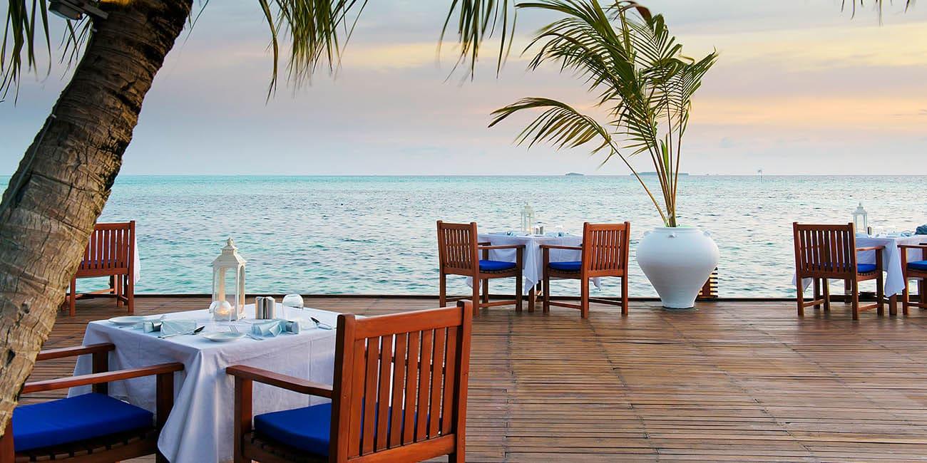 restaurang med havsutsikt och läcker mat