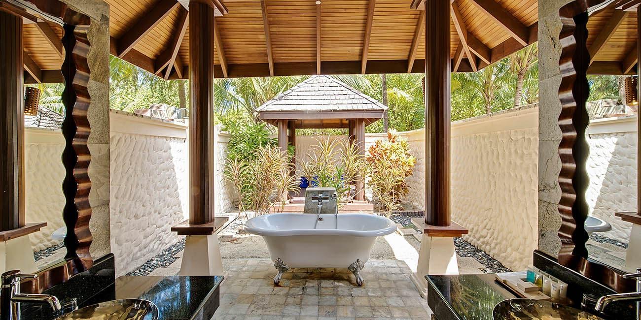 ett badkar mitt på uteplatsen