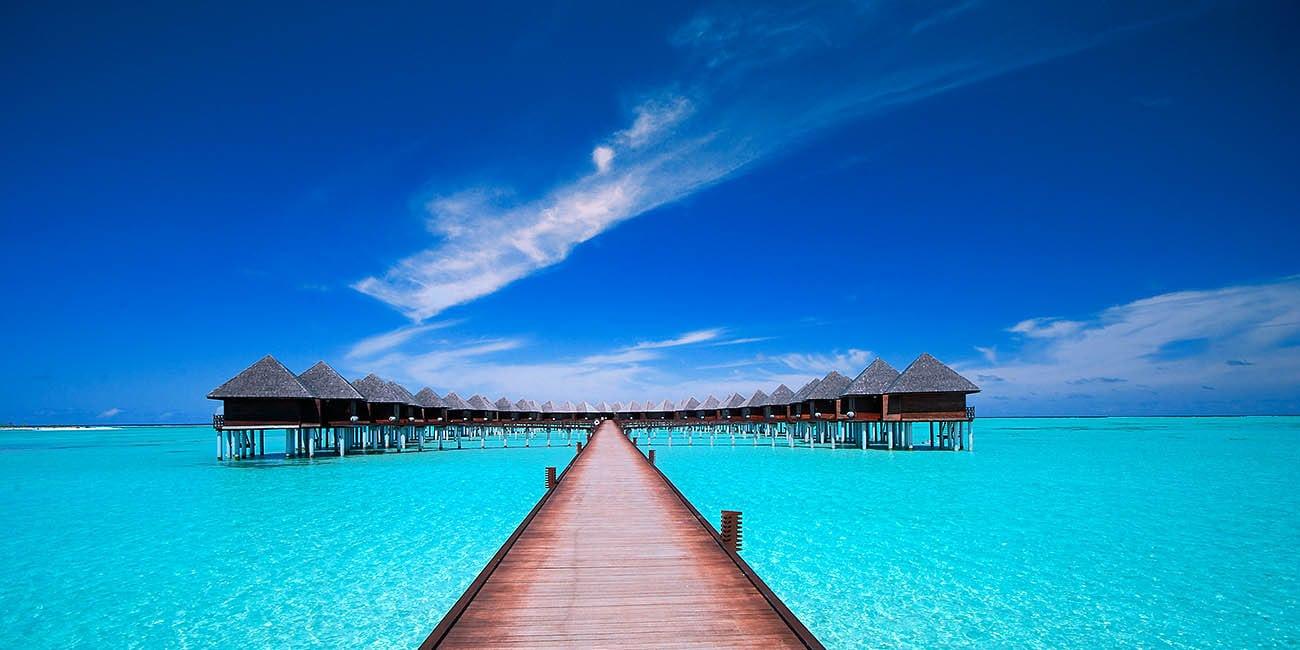 En brygga i klarblått vatten