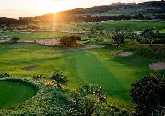 Solnedgång vid golfbana på Mauritius