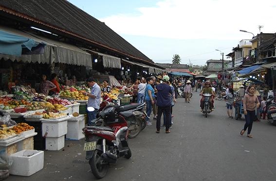 Här köper man färska grönsaker, örter och annat. Det vietnamesiska köket är fantastiskt