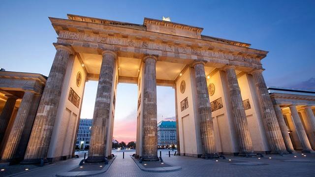 Brandenburger Tor med Adlon Kempinski i bakgrunden.