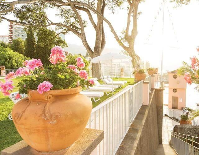 Solstolar i trädgården på Belmond Reid's