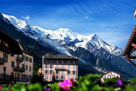 Chamonix stad med snöiga berg