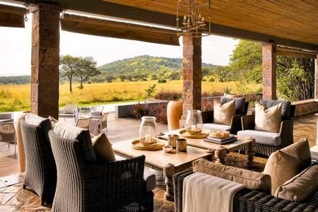 Lunch på safariresa med utsikt över savannen