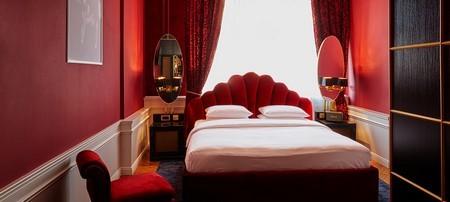 Hotellrum i rött och svart på Le Provocateur