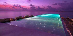 En vacker och upplyst infinity pool