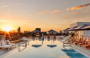 Floridas sol vid poolen på taket
