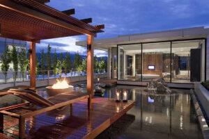 En terrass med eld och konst